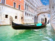 Traditionella gondoler som passerar över bron av Sighs i Venedig Arkivbild