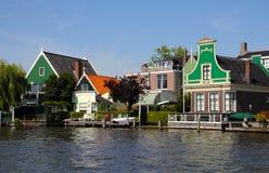 Traditionella gröna hus i Zaanse Schans Nederländerna Arkivfoto