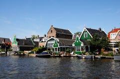 Traditionella gröna hus i Zaanse Schans Nederländerna Royaltyfri Fotografi