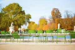 Traditionella gröna stolar i den Tuileries trädgården Royaltyfri Foto