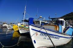 Traditionella grekiska fiskebåtar royaltyfri bild