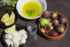 Traditionella grekiska mellanmål Olivolja och mogna fikonträd Arkivbilder