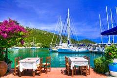 Traditionella grekiska restauranger nära havet Sivota fiskevilla Arkivfoton