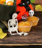 Traditionella halloween behandlar muffin med stearinljus Royaltyfri Bild