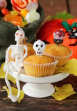Traditionella halloween behandlar muffin med stearinljus Royaltyfri Fotografi