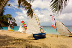 Traditionella hand-byggda jollar som väntar för att konkurrera i ett årligt lopp i de lovart- öarna Royaltyfria Foton