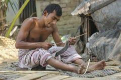Traditionella handfans göras på Cholmaid i Dhaka's Bhatara union, når du har kommit med råvaror från Mymensingh royaltyfri bild