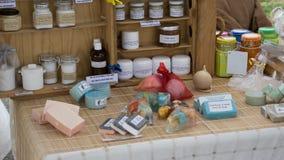 Traditionella handgjorda portugisiska tvålar, dofter och fuktakrämer, naturprodukter till salu Algarve, Portugal arkivfoto