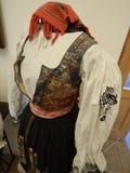 Traditionella historiska handgjorda kläder i ett museum Arkivfoton