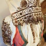 Traditionella historiska handgjorda kläder i ett museum Arkivbild