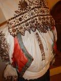 Traditionella historiska handgjorda kläder i ett museum Royaltyfria Bilder