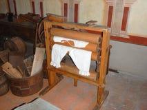 Traditionella historiska handgjorda kläder i ett museum Royaltyfria Foton