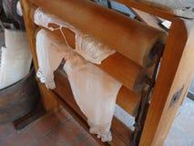 Traditionella historiska handgjorda kläder i ett museum Fotografering för Bildbyråer