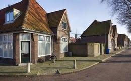 Traditionella holländarehus och en väderkvarn Fotografering för Bildbyråer