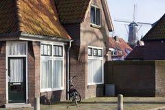 Traditionella holländarehus och en väderkvarn Royaltyfri Fotografi