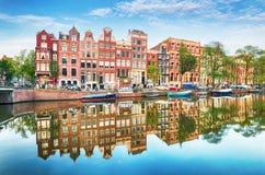 Traditionella holländska gamla hus på kanaler i Amsterdam, Netherland arkivbild