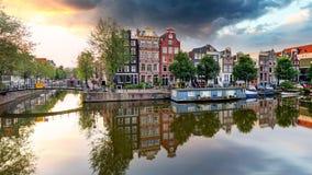 Traditionella holländska gamla hus på kanaler i Amsterdam, Netherland arkivfoton