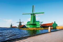 Traditionella holländska väderkvarnar från kanalen Rotterdam Arkivbilder