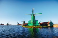 Traditionella holländska väderkvarnar från kanalen Rotterdam Royaltyfria Foton