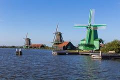 Traditionella holländska väderkvarnar i Zaanse Schans, Amsterdam, Nederländerna Royaltyfri Foto
