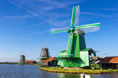 Traditionella holländska väderkvarnar i Zaanse Schans, Amsterdam, Nederländerna Fotografering för Bildbyråer