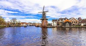 Traditionella Holland - kanaler och väderkvarnar (Haarlem) royaltyfri fotografi