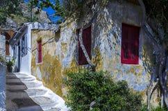 Traditionella hus i Anafiotika - Plaka som är höger under akropolen av Aten arkivfoton