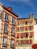 Traditionella hus i Bayonne den gamla staden Arkivfoton