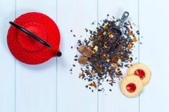 Traditionella japanska tekanna, teblad och kakor Arkivbild