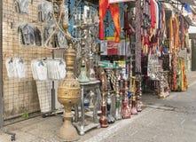 Traditionella judiska och orientaliska souvenir i en gata shoppar i Tel Aviv Arkivfoton