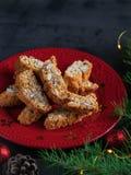 Traditionella julbakelser, italienska hemlagade biscottikakor eller cantuccini, med mandelmuttrar royaltyfria bilder