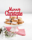 Traditionella julkakor, nevaditos, med mandlar och sesam på vit träbakgrund med kopieringsutrymme close upp Jul arkivbilder