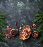 Traditionella julkryddor på grön bakgrund Arkivfoto