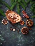 Traditionella julkryddor på grön bakgrund Fotografering för Bildbyråer