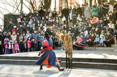 Traditionella kampsportaktörer på det Seoul tornet Arkivfoton