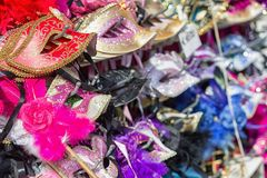 Traditionella karnevalmaskeringar shoppar in Royaltyfria Foton