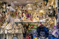 Traditionella karnevalmaskeringar shoppar in Arkivfoton