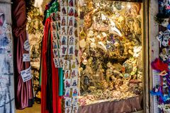 Traditionella karnevalmaskeringar shoppar in Arkivfoto