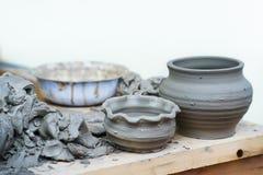 Traditionella keramiska handgjorda tillbringare på en hylla Arkivbilder