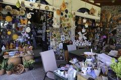Traditionella keramiska krukmakeriprodukter shoppar Royaltyfri Foto