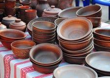 Traditionella keramiska tillbringare Handgjord keramisk krukmakeri med keramiska krukor och Clay Plates Arkivbild