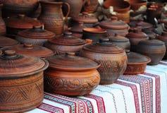 Traditionella keramiska tillbringare på den dekorativa handduken Ställa ut av handgjord Ukraina keramisk krukmakeri Arkivbild