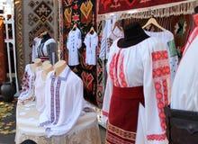Traditionella kläder i Moldavien Arkivbild
