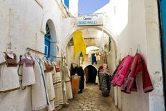 Traditionella kläder som är till salu på gatan i Houmt El Souk i Djerba, Tunisien arkivbilder