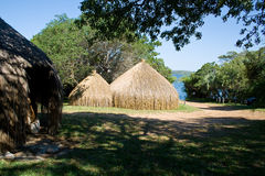 Traditionella kojor på lakesiden i Mocambique Arkivbild