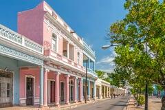 Traditionella koloniala stilbyggnader som lokaliseras på den huvudsakliga gatan arkivfoto