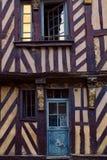 Traditionella korsvirkes- hus i den gamla staden av Rennes, Frankrike royaltyfri foto