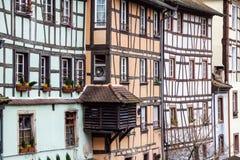 Traditionella korsvirkes- hus på pittoreska kanaler i La Petite France i den medeltida sagastaden av Strasbourg royaltyfria foton