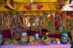 Traditionella kurerade kött och korvar Arkivbild