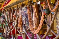 Traditionella kurerade kött och korvar Arkivfoton